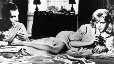 Både Vladimir Nabokov og magasinet Playboy har gennem tiden haft et skarpt øje for langbenede unge damers evne til at betage mænd. Her er det en scene fra Stanley Kubricks filmatisering af Nabokovs 'Lolita', som i øvrigt blev debatteret af forfatteren i interviews i magasinet. James Mason ses i rollen som den fodplejende og meget betagede engelske universitetslærer Humbert for enden af Sue Lyon i titelrollen.