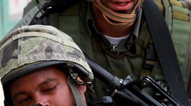 De israelske soldater beretter blandt andet, at de fik besked på at skyde, selv om de var i tvivl, om der var tale om en fjende eller ej.