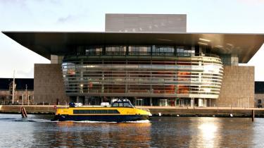 Man kan godt tage havnebussen over til Operaen om sommeren, men man kommer ikke ind. Der er nemlig lukket - ikke engang forhallen slipper arkitektur- og operainteresserede turister ind i. Det er for dårligt, mener danske kulturpolitkere.