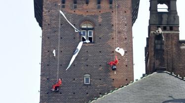 En flok miljøaktivister hænger her et banner ud på Rådhus-tårnet, hvorpå der står 'Save our climate'. Det fandt sted i 2007 og vandt allerede den gang en vis respekt.