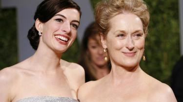 Meryll Streep på 60 (t.h.) holder sig ualmindelig godt. Alle andre kvinders alder kan man godt undlade at nævne. Det er Anne Hathaway på 26 til højre.