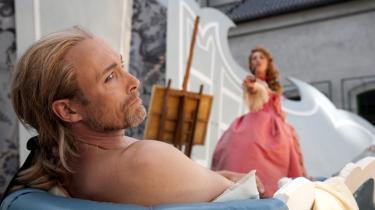 Jovist, Lars Mikkelsen kommer ned at ligge uden en trevl på kroppen. Men verbalt er han højt oppe at flyve i Grønnegårds Teatrets superelegante forestilling om begær og moral.