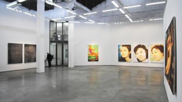 ShanghART Gallery åbnede for 10 år siden  og var Shanghais første museum for nutidskunst.  På billedet ses værker af kunstneren Zhou Tiehai,  som interviewes i næste afsnit af serien om  nutidskunst i Shanghai.