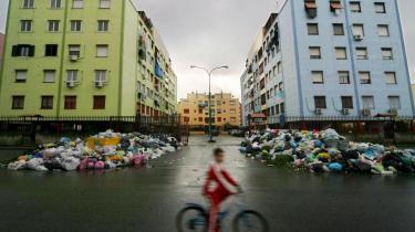Det hedder sig fortsat, at skraldekrisen er løst, til trods for at man senest også på Sicilien har haft en mindre katastrofe med skrald i flere meters højde.