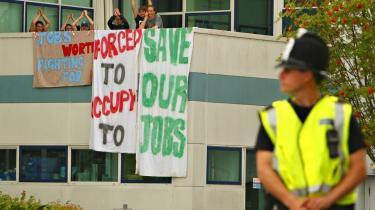 Mens de fyringstruede medarbejdere på Vestas' vindmøllefabrik på Isle of Wight er utilfredse med det danske selskab, er de endnu mere utilfredse med deres egen regering, som ikke lever op til ambitøse vindmølleplaner, men istedet bøjer sig for lokale modstandere af vindmøllerne.
