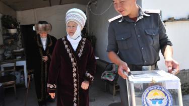 Mens befolkningen stemte i Kirgisistan, trak oppositionslederen sig med anklager om snyd.