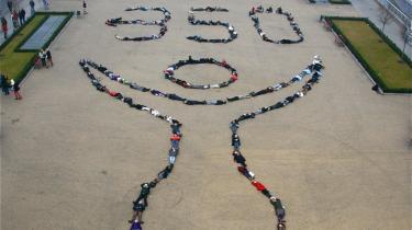 Fra luften. De tusindsvis af unge aktivister i netværket 350 org. er særdeles aktive verden over med blandt andet visuelle aktioner, hvor hundreder af mennesker med deres kroppe danner tegnet '350' og lader sig fotografere fra luften. På 350.org og andre steder på nettet kan man finde billeder af 350-aktionerne i USA, Indien, Tyskland, Grønland, Polen, Kina og Afrika.