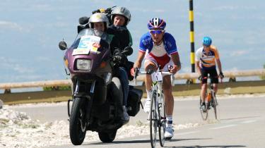 Muren. Den franske cykelrytter Dimitri Champion på bjerget under amatørløbet Montelimar-Mont Ventoux, der blev afviklet med 8.500 deltagere først på ugen. I dag skal Tour-rytterne så slide sig til tops.