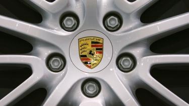 Det var kulminationen på en lang historisk magtkamp mellem søstervirksomheder, da den aristokratiske storebror Porsche overtog Volkswagen. Men da finanskrisen pludselig ramte Porsche hårdt, blev det i stedet den plumpe lillebror Volkswagen, der overtog Porsche.