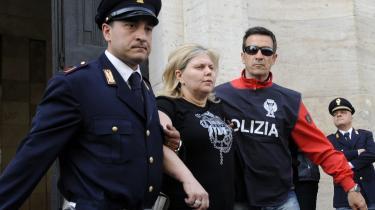 De anklagedes mafiosiers koner ligner ofte deres mødre. At klæde sig elegant og pleje sit udseende med neglelak og sminke, mens din mand sidder i fængsel, er en måde at sige, at du går i seng med andre. At farve håret svarer til en tavs tilståelse af utroskab. Et eksempel ses her, hvor italiensk politi ekskorterer Maria Capone, der er gift med en af de øverste ledere af Camorraen - mafiaen i Napoli, Rafilotto Diana.