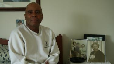 Efter pår i fængsel på grund handel med hårde stoffer havde han mistet alt. Livet tog en ny drejning, da han på et afvænningshjem for narkomaner fortalte sin utrolige livshistorie. Nu lever han af at fortælle den, men har aldrig sagt at han var alfons. Man bør ikke handle med mennesker, siger O.T, alias Sherman Powell, der bor på et lille værelse på en slags forsorgshjem i Harlem.