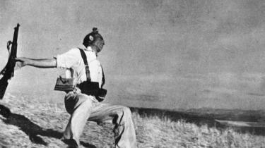 Autenciteten af det mest berømte billede fra den spanske borgerkrig, 'Militsmand i dødsøjeblikket, Cerro Muriano, September 5, 1936' af Frank Capa har længe været diskuteret. Nu er to andre foto fra samme sted i samme landskab dukket op - der var ingen borgerkrigsfront i 1936. Altså er mandens dødsøjeblik falsk iscenesat. ARKIV