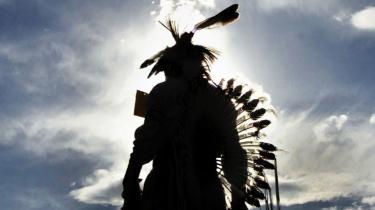 I mere end 30 år har indianeraktivisten Leonard Peltier siddet fængslet for drabene på to FBI-agenter, som han hævder ikke at have begået - i dag skal en domstol overveje hans seneste anmodning om prøveløsladelse