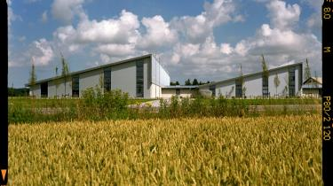 Sønderskovgårds nye svindestalde, udviklet med støtte fra Realdania, er forbillede for fremtidens landbrugsbyggeri  - men det er ikke altid nemt at være nybygger i Danmark, konstaterer gårdens ejer.
