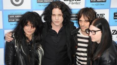 Jack White (nr. to fra venstre) sidder bag trommerne i The Dead Weather og har overladt mikrofonen til Alison Mosshart (tv.).