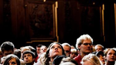 I dag får 20.263 unge at vide, at de er optaget på en bachelor-uddannelse på et dansk universitet. Det er det næst- højeste antal nogensinde, men ungdomsårgangene bliver imidlertid større og større, og beregner man optaget i procent af en ungdomsårgang, er andelen faldende. Billedet er fra en immatrikulation på Københavns Universitet.
