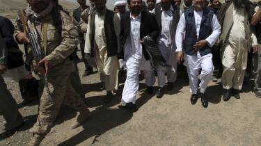 Afghanistan er i fuld gang med valgkampen: Her ankommer komet-kandidaten Abdullah Abdullah (nr. to fra højre) til et valgmøde i den centrale Bamiyan-provins, som blev afholdt i går.