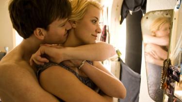 Vanvittig. Med sin robuste udstråling og ofte sårede blik leverer Cyron Melville en stærk præstation som 20-årige Daniel, der er sygeligt jaloux på kæresten Sofie, gådefuldt spillet af Sara Hjort Ditleven.