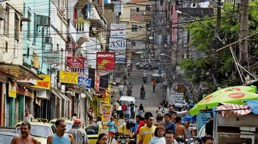 Strømfangst. Med sine godt 170.000 indbyggere er Rocinha Brasiliens største favela. En del af beboerne i det fattige kvarter henter gratis strøm ved at hægte sig på hovedgadens ledninger.