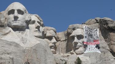 Greenpeace-aktivister besteg for få uger siden Mount Rushmore og hang et banner op ved siden af Abraham Lincolns ansigt. Aktionen opfordrede Barack Obama til at handle hurtigere på klimaområdet. Men USA er ellers mere ambitiøse end EU, vurderer klimaekspert.