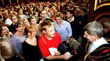 Heldige studerende giver hånd til rektor Ralf Hemmingsen ved Københavns Universitet ved sidste års immatrikulation. I år er mere end 7.500 unge ikke kommet ind på deres drømmestudie, blandt andet fordi de ikke vil søge ud i provinsen.
