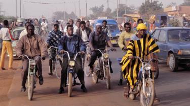 Disse motorcyklister i Ouagadougou kunne have fået selskab af folk på motorcykler sponsoreret af danske bistandskroner til Burkina Faso. Men et firma i Odense fik pengene til at forsvinde i en af de sager, Udenrigsministeriet i går offentliggjorte.
