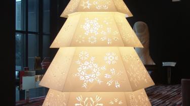 Chen Hangfengs juletræ fremstår umiddelbart, som om det er præget af traditionelle kinesiske mønstre. Men når man kommer tæt på, viser mønstrene sig i virkeligheden at være internationale varemærker, som fylder meget i Kina - værket hedder Christmas Tree og er fra serien Logomania.