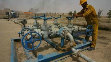 Hvis efterspørgslen på olie holder sig stabil, vil verden være nødt til at finde, hvad der svarer til fire nye Saudi-Arabien'er. Og seks nye Saudi-Arabien'er vil blive nødvendige, hvis produktionen skal holde trit med den forventede stigning i efterspørgslen fra nu af og indtil 2030, siger dr. Fatih Birol, cheføkonom i Det Internationale Energiagentur IEA.  Her tjekker en irakisk oliearbejder rørsystemerne ved et oliefelt i Kirkuk, 225 km fra Bagdad.
