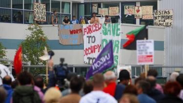 I går var Vestas-arbejderne endnu på plads på den besatte fabrik i Newport, Isle of Wight. Men selvom de nu skal forlade fabrikken, vil deres kamp for grønne jobs ikke stoppe, lyder det: Nu skal den britiske regering op af stolen, kræver arbejdere og miljøorganisationer.