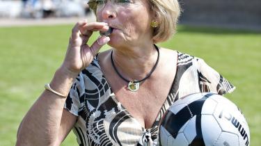 Også på fodboldbanen fløjtede Pia Kjærsgaard i går spillet i gang: Da DFs politikere vandt over deres ansatte i fodbold.