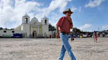 Den økonomiske krise og den voksende arbejdsløshed i USA rammer bønderne i Guatemalas højland på pengepungen. Pengestrømmen fra familiemedlemmerne i USA tørrer ud, og flere og flere vender hjem, fordi de ikke længere kan få arbejde i USA