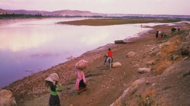 Vandmængden i floderne Eufrat og Tigris er faldet voldsomt, bl.a. som følge af et stort tyrkisk dæmningsprojekt. Den deraf følgende vandmangel  i Syrien og Irak betragtes som en alvorlig sikkerhedsrisiko.