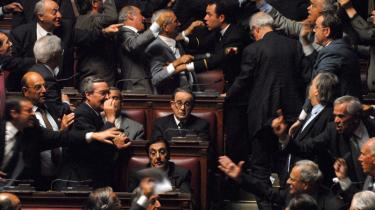 Il Divo. Toni Servillo som den italienske politiker Giulio Andreotti. Den fysiske lighed er ikke slående, men den gådefulde karakters øjne er Andreottis - observerende, kontrollerende og umulige at tyde.