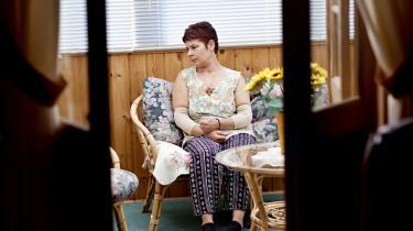 Arbejdsløs. Blaska Orlovska har været rengøringsdame i 26 år, og det har givet hende vedvarende smerter. Hun tør ikke bære en kaffekop af frygt for at miste følelsen i hænderne og tabe koppen. Hendes arme og hænder er aldrig i ro. Det er hendes sind heller ikke, for hun har svært ved at tilkæmpe sig ret til førtidspension.