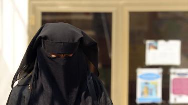 En skik, som vinder ny udbredelse i Egypten, 90 år efter at de egyptiske kvinder fravalgte den første gang opgav: brugen af den heldækkende klædedragt, niqab.