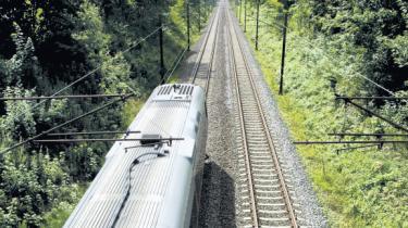 Passagererne på den udliciterede togstrækning på Kystbanen har aldrig fået et så dårligt produkt som nu, viser Trafikstyrelsens seneste opgørelse. Pendlerne raser. Den nye private togoperatør betaler rekordstore store bøder