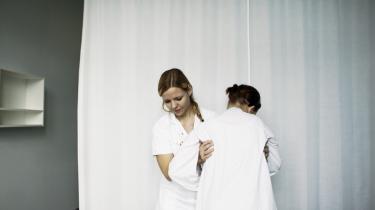 Omkring halvdelen af alle offentligt ansatte sygeplejersker arbejde langt under 37 timer, selv om der ved årsskiftet var 1.051 ubesatte job som sygeplejersker. En af årsagerne til, at sygeplejerskerne vælger fuldtidsjobbet fra, er, at man gerne vil have familieliv og arbejdsliv til at gå op i en hø™jere enhed.