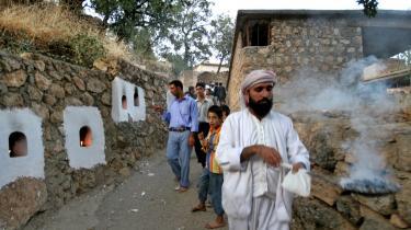 Jezidierne betragtes af mange muslimer som djævletilbedere, og mens amerikanernes tilstedeværelse i Irak har beskyttet dem for nogle overgreb, er jagten gået ind. I sidste uge sprang to bomber i en lokal landsby i det område, Danmark tvangshjemsender jezidierne til, nær Iraks mest voldsramte by, Mosul.