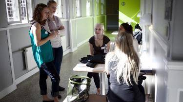 Omkring 3.500 studenter har i år brugt deres sommerferie på ekstra kurser, for at de kan komme ind på en uddannelse. Her en gruppe studerende, der venter på at skulle op i fysik på A-niveau på Københavns VUC.