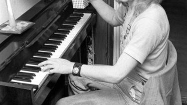 Privat. Torben Billes biografi om musikeren Sebastian er blandt de mange biografier og selvbiografier, der kommer til at stå i boghandlernes vinduer dette efterår. Her ses Sebastian alias Knud Christensen i sin lejlighed i Stengade på Nørrebro i maj 1973.