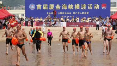Cirka 100 deltagere fra Kina og Taiwan svømmede i sidste uge mellem de to lande. Det var første gang kineserne fik tilladelse til at svømme igennem sundet i Taiwan. Arrangementet markerede fred mellem de to lande, men ikke alt er fryd og gammen.