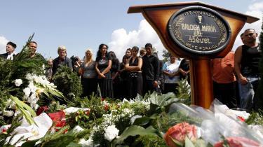 Den 45-årige Maria Balogh er nu begravet i byen Kisleta i det sydøstlige Ungarn. Hun blev dræbt, mens hun lå og sov, og hendes teenagedatter blev alvorligt såret. Mordet er blot ét af adskillige på folk med roma-baggrund i Ungarn i den seneste tid.