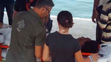 Læger fra det italienske Røde Kors giver førstehjælp og pleje til en af de fem flygtninge, som tilsyneladende er de eneste overlevende af en gruppe på 78 bådflygtninge, der for tre uger siden satte kurs mod Europa i en gummibåd.