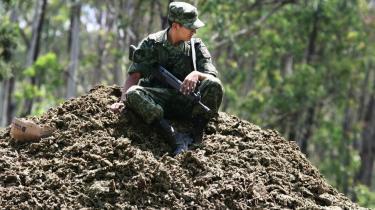 Med det formål at frigive ressourcer til kampen mod narkokartellerne, har Mexicos regering besluttet at gøre det lovligt at besidde små mængder narko. Soldaten her fra den mexicanske hær har dog mere end til eget forbrug - de to ton marihuana, han sidder på, blev beslaglagt og destrueret efter en aktion i Michoacan-provinsen.