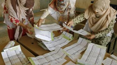 Afghanerne skal formentlig til stemmeurnerne igen for at afgøre, hvem der skal være landets præsident de næste fem år. Med ti procent af stemmerne talt op, er der nemlig ingen af kandidaterne, der står til at have vundet flertallet.