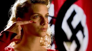 Quentin Tarantino tillader sig at omskrive historien i sin nye film, hævnfantasien 'Inglourious Basterds', hvor en flok jøder og selveste filmmediet under Anden Verdenskrig får skovlen under Det Tredje Rige. Information har mødt den amerikanske filmmager