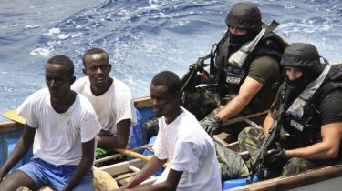 Kan nogen drages til ansvar for, at det danske fragtskib Danica White uden udkig og uden effektiv indøvelse af overfaldsalarm sejlede så tæt på Somalia i 2007, at skibet blev kapret? Og skal nogen betale for de følger, det har fået for besætningen at være gidsler i 83 døgn? Det får vi svar på i dag i Københavns Byret
