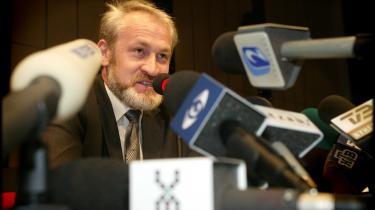 Akhmed Sakajev påstår, at Ruslands efterretningsvæsen står bag den eskalerende vold i Tjetjenien. Eksklusivt interview med lederen af den tjetjenske oprørsbevægelse, som nu bliver inviteret tilbage af Tjetienens styre, mens en lokal islamistisk organisation har dødsdømt ham