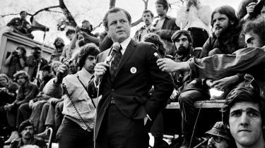 Sit ry som USA-venstrefløjens løve fik Edward Kennedy tidligt i sin senatskarriere, hvor han vovede at tale imod Vietnamkrigen. Her ses han blandt vietnamveteraner ved en demonstration i 1971. Nederst til højre i billedet ses senere senator og demokratisk præsident-kandidat John Kerry.