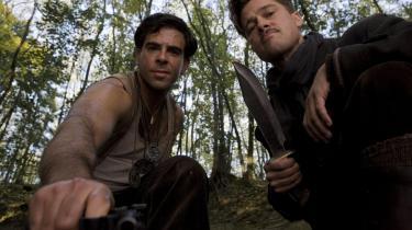 Dobbelttydig. Eli Roth og  Brad Pitt i Quentin Tarantino's dobbelttydige drama fra Anden Verdenskrig.
